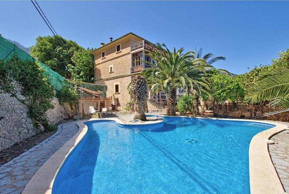 Casa modernista con espectaculares vistas, jardín, piscina y garaje.