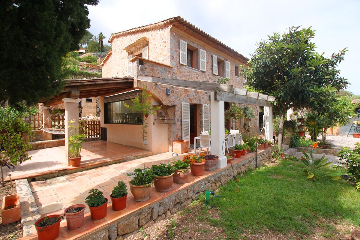 Preciosa casas de piedra con piscina y gran jardín