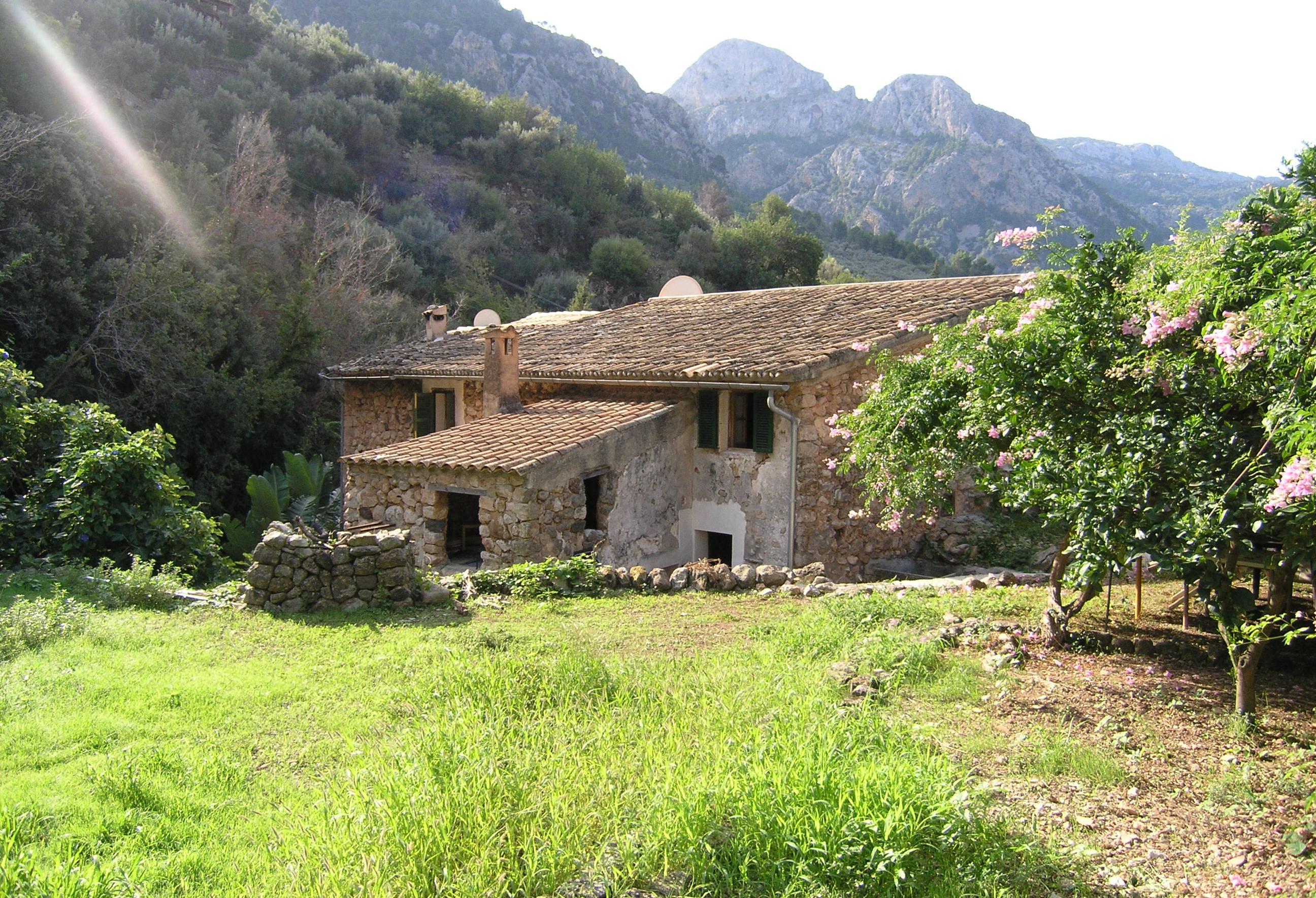 Casa de piedra con jardín en Fornalutx para reformar