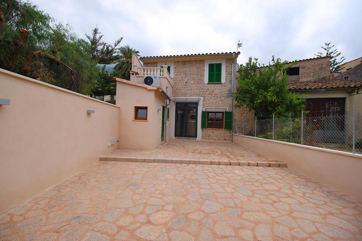 Casa totalmente reformada con terraza en zona tranquila de soller